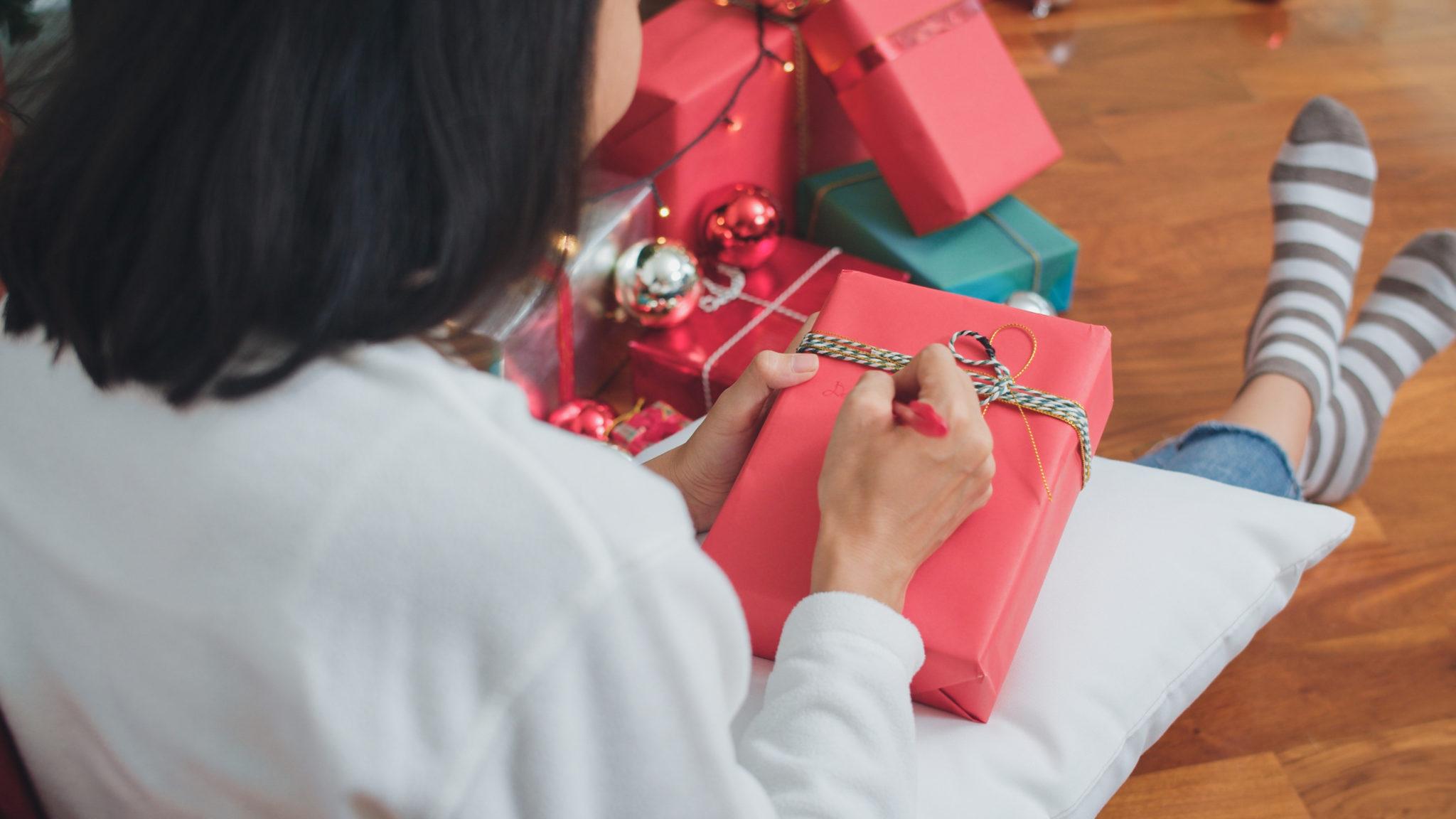 persona creativa che fa regali