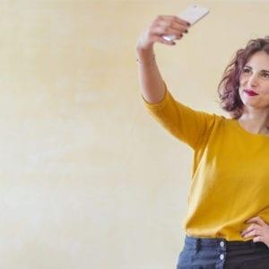 donna influencer selfie