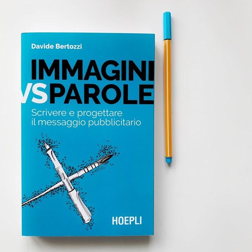 libro azzurro immagini vs parole su sfondo bianco con pennarello azzurro a fianco